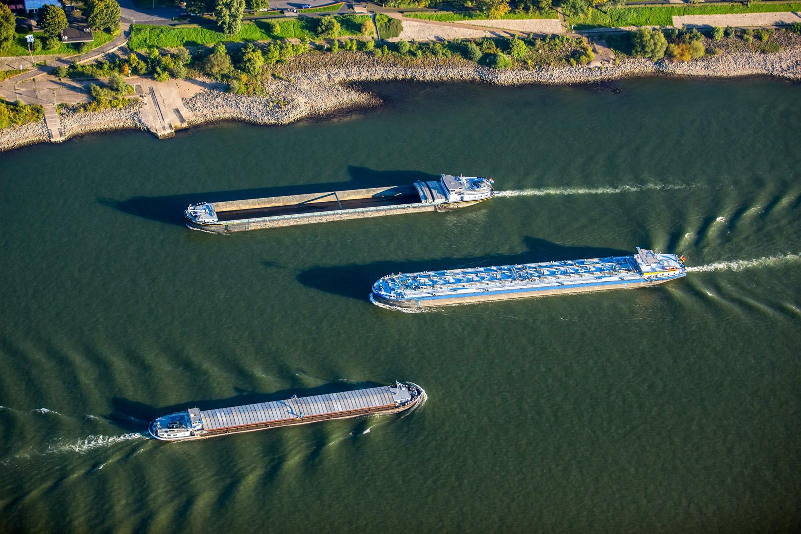 Binnenschiffe auf Rhein duisport