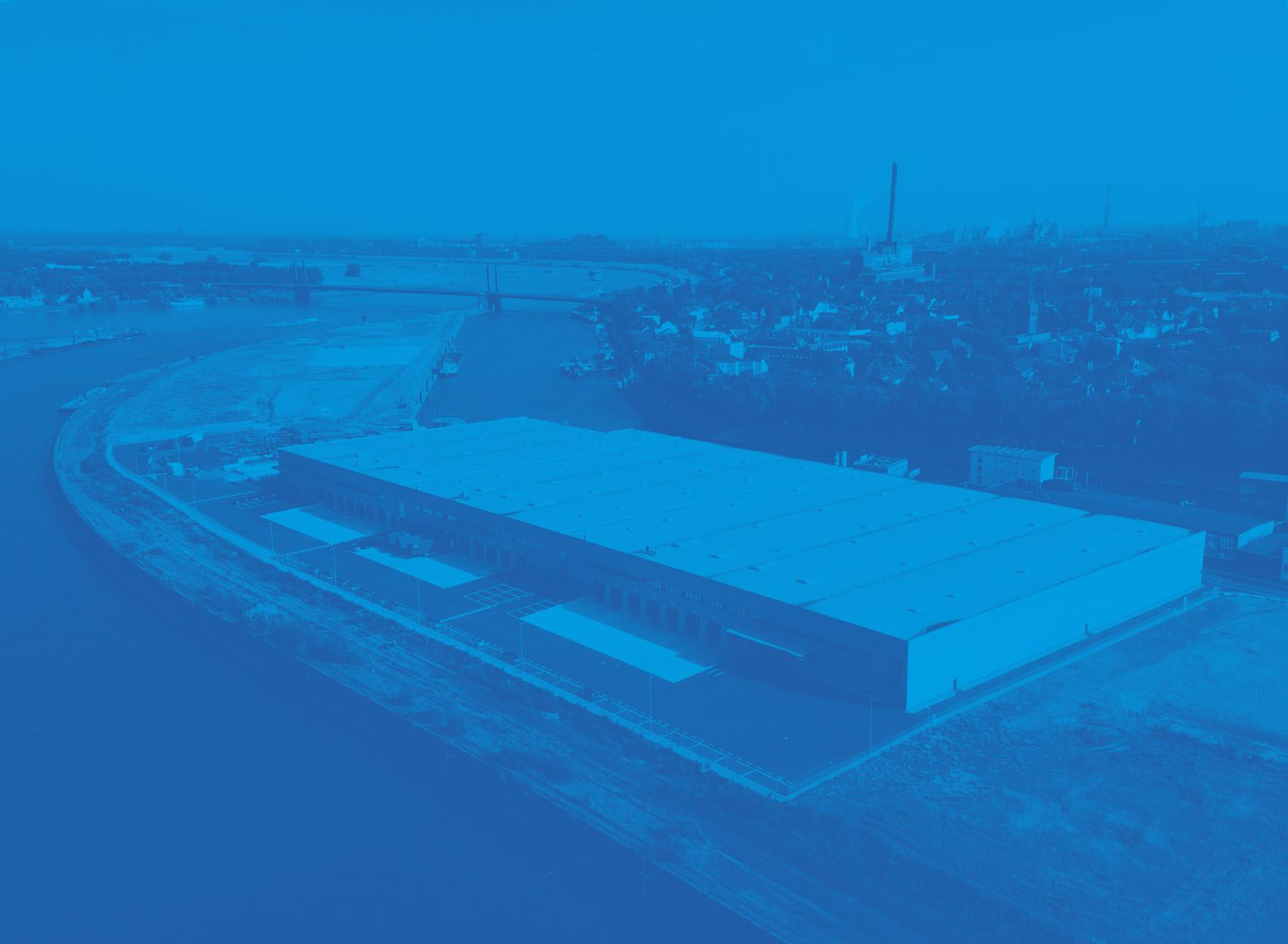 Halle auf dem duisport Gelände in blau