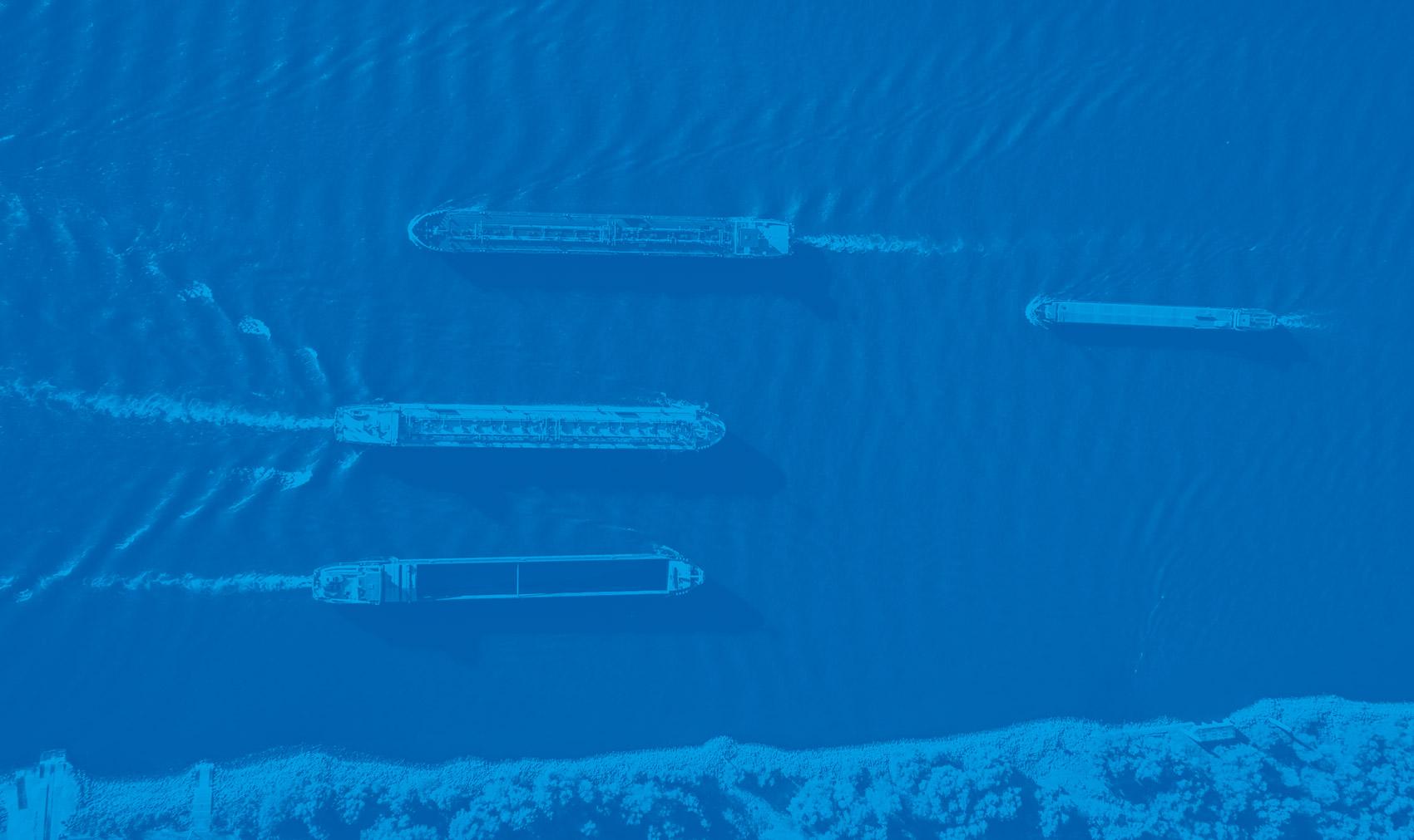 Schiffsverkehr auf dem Rhein in blau