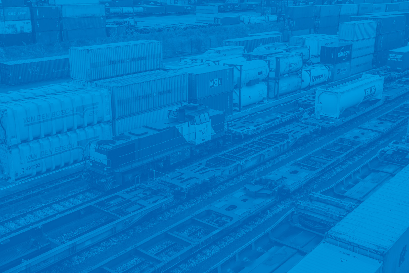 Schienenverkehr bei duisport in blau