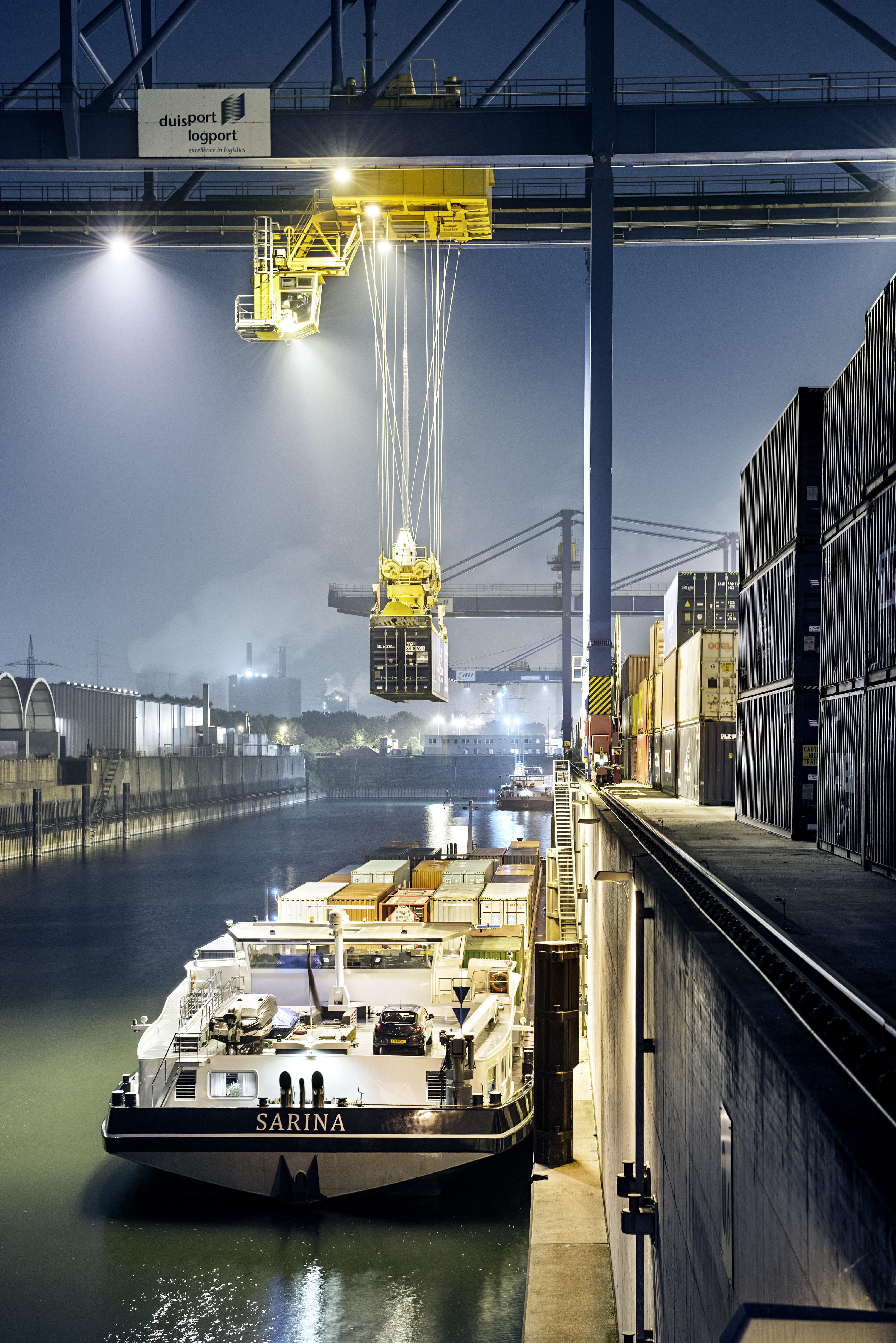 Binnenschiff auf Logport I duisport