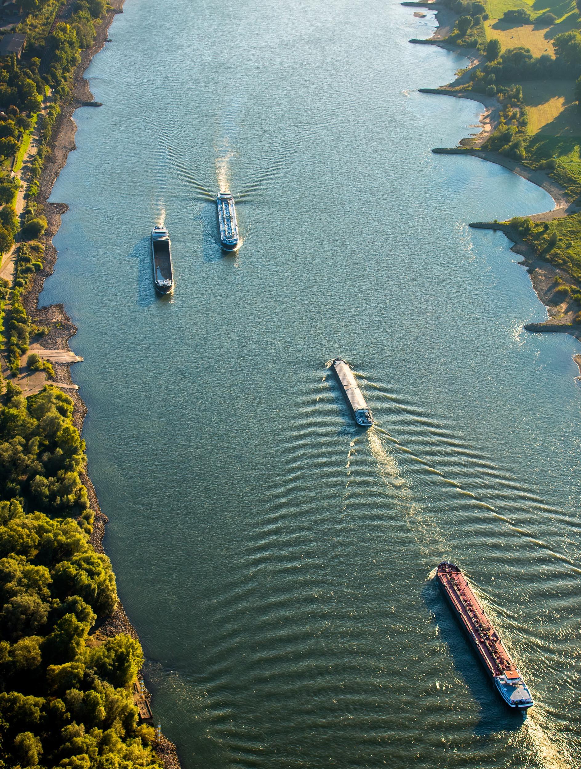 Frachtschiffe auf dem Rhein bei Rheinhausen und Huckingen, Containerbinnenschiff, Containerschiff, Binnenschifffahrt, Gasschiff, , Duisburg, Ruhrgebiet, Nordrhein-Westfalen, Deutschland